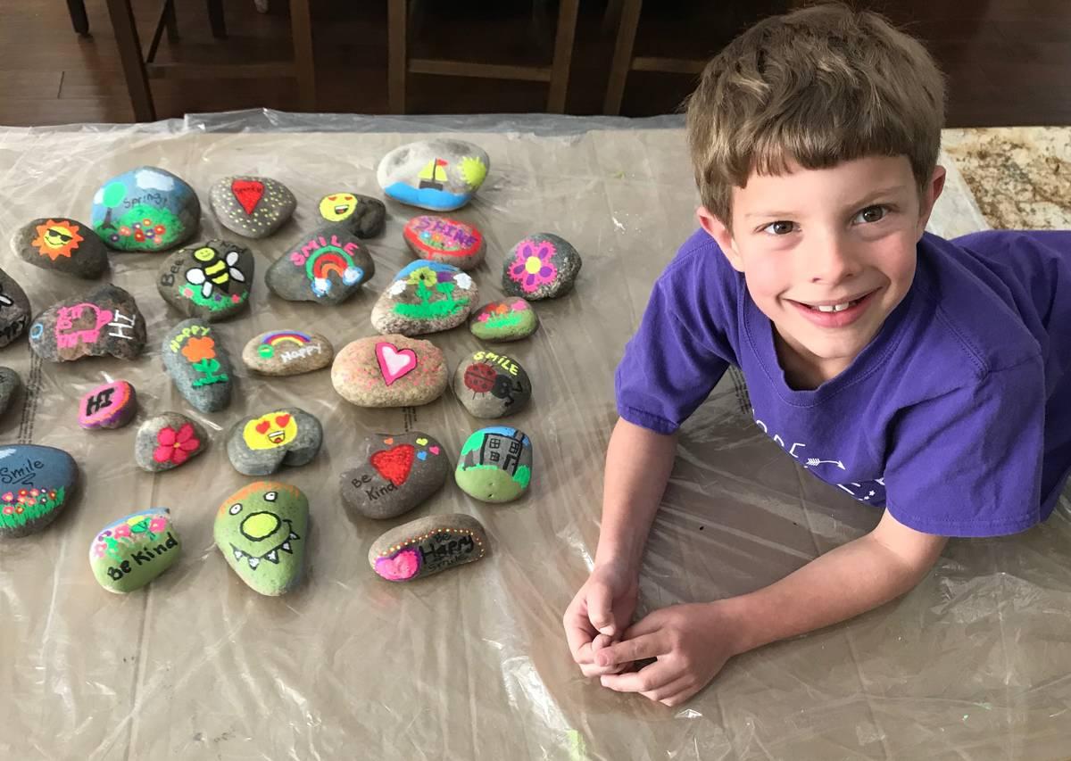 Braden Hahn, estudiante de segundo grado de Las Vegas, pintó rocas para los vecinos durante la ...