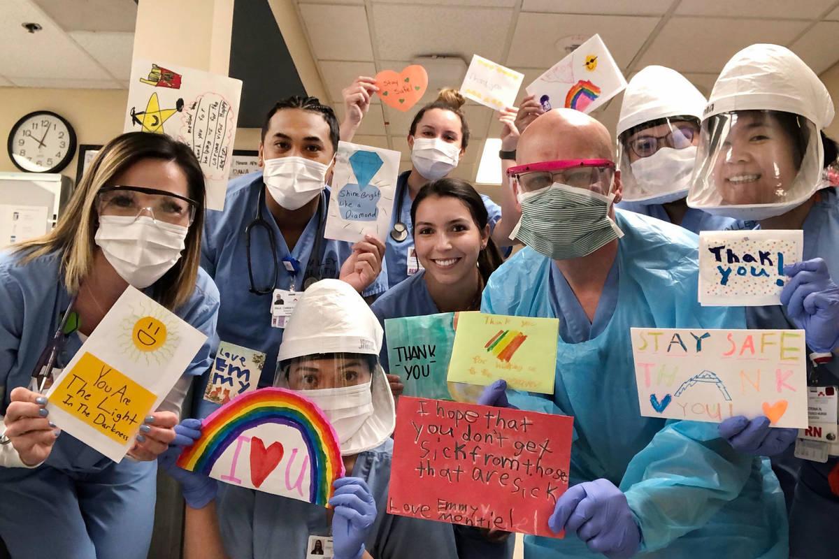 Melissa Montiel invitó a amigos y vecinos a hacer tarjetas de felicitación para agradecer a l ...
