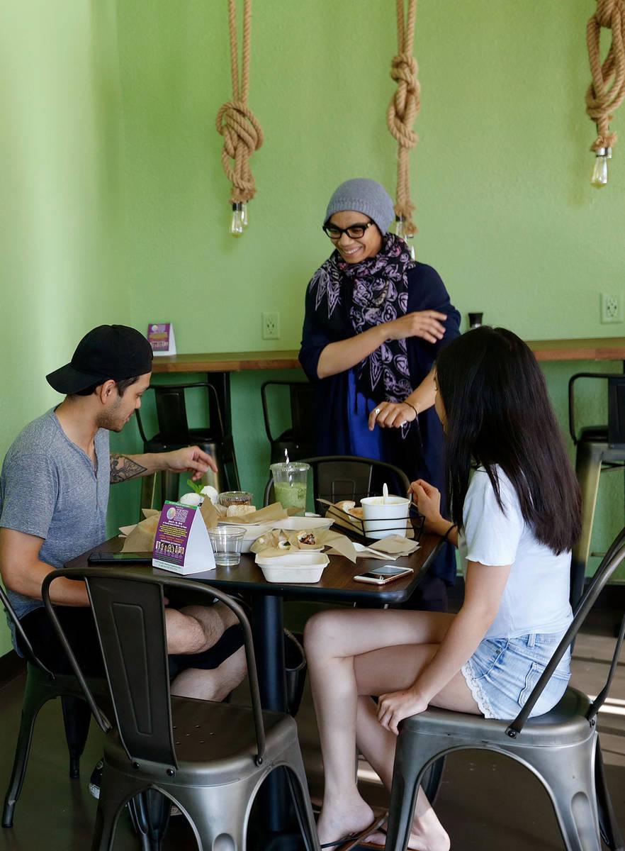 La propietaria/chef, Iman Haggag, proporcionó 50 comidas gratis cada día en abril y mayo en s ...