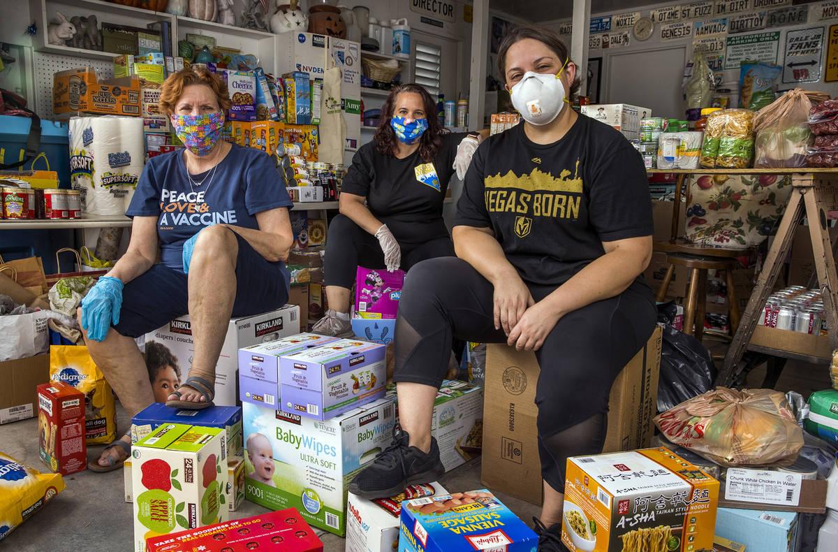 Donna West, de izquierda a derecha, Jeana Blackman-Taylor y Annette Magnus recogieron donacione ...
