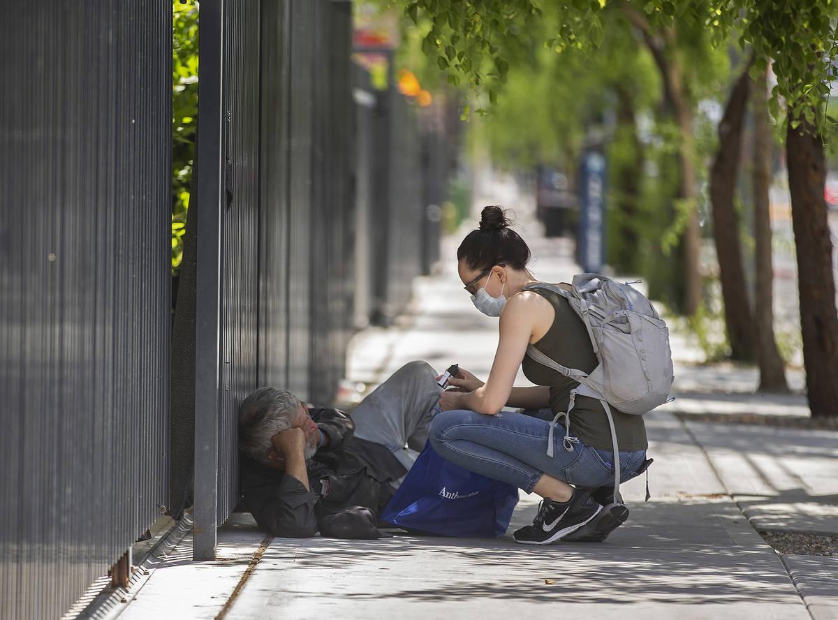 La paramédica Sarita Lundin habla con un vagabundo después de entregarle una bolsa de suminis ...