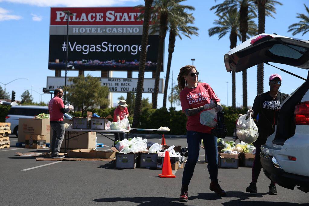 Los voluntarios del banco de alimentos Three Square, Bobbie Bisbee, izquierda, y Monica Smith, ...