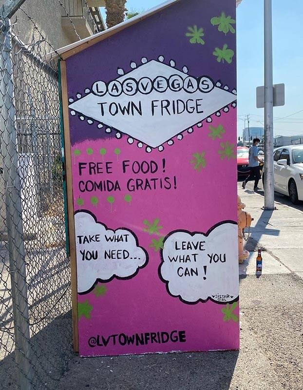 The Town Fridge, con comida gratis para los que la necesitan, está justo al norte del centro d ...