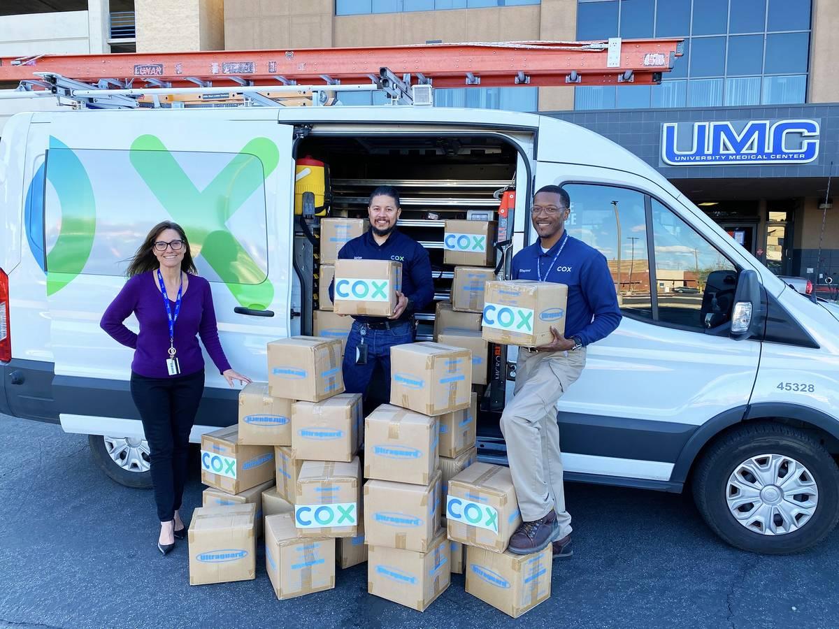 Los técnicos de campo de Cox Communications, Adrián Alcala y Rodney Shepherd, donan fundas pr ...