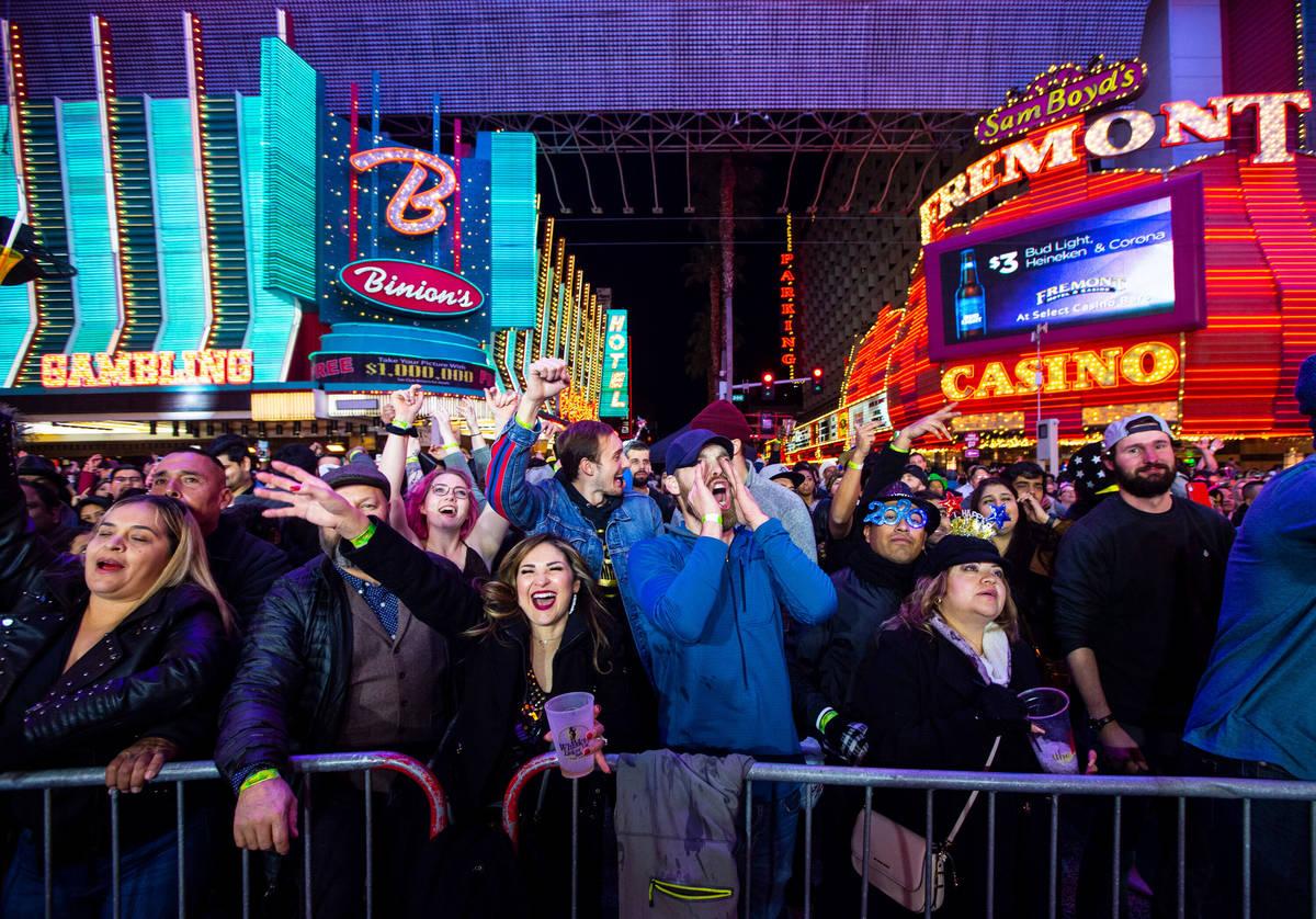Los fiesteros de Año Nuevo se animan en un escenario de la Fremont Street Experience en el cen ...