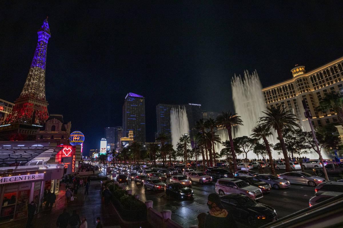 Tráfico pesado se mueve a través del Strip en el Blvd. Las Vegas el viernes, 27 de noviembre ...