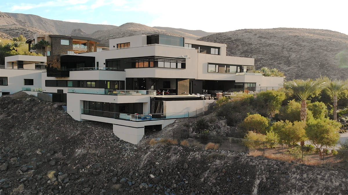 Forever Home Realty Esta mansión de 14 mil 486 pies cuadrados en MacDonald Highlands en Hender ...