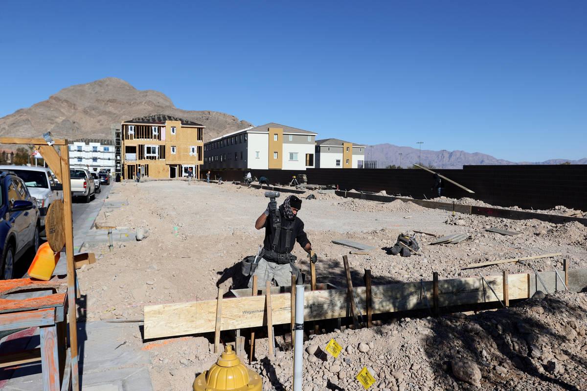 Un modelo con una vista al Strip en la urbanización Panorama de Touchstone Living en North Hua ...