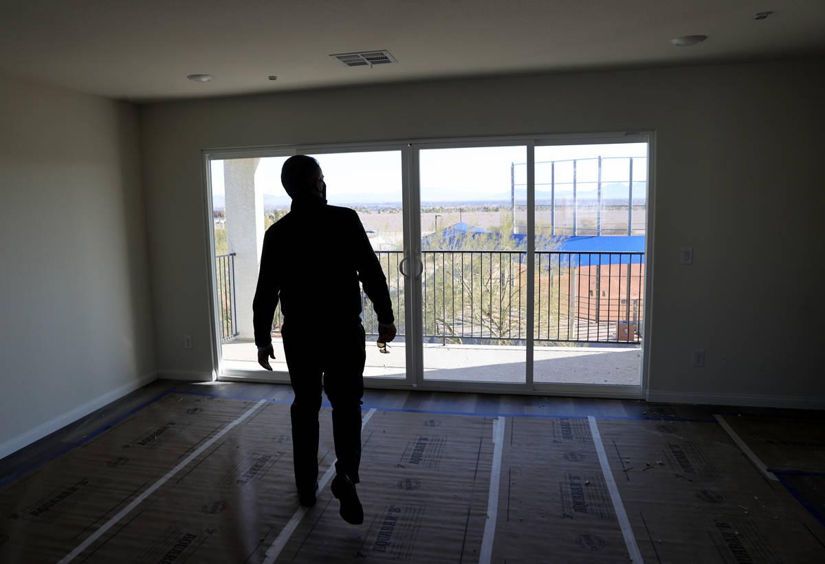 Tom McCormick, fundador de Touchstone Living, observa la vista del Strip de Las Vegas en su urb ...