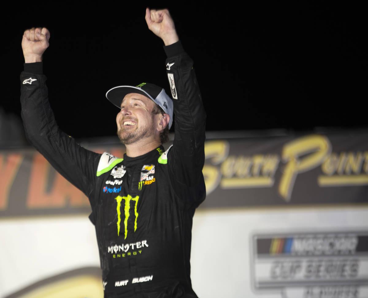 Kurt Busch (1), de Las Vegas, celebra en Victory Lane después de una carrera de autos de la Co ...