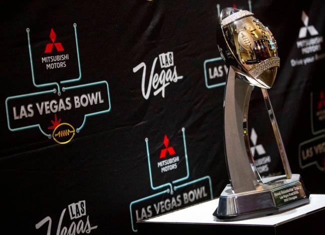 Una vista del trofeo del Las Vegas Bowl antes de un evento mediático en Maverick Helicopters a ...