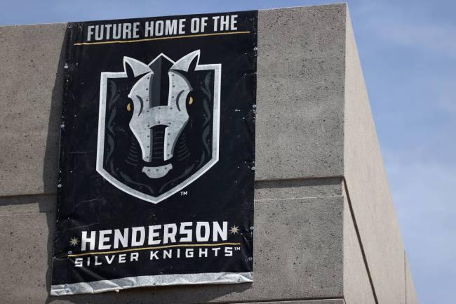 Una bandera de los Silver Knights de Henderson cuelga en Lifeguard Arena durante un tour el vie ...