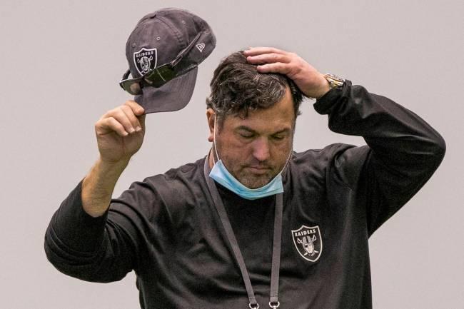 El coordinador defensivo de los Raiders de Las Vegas, Paul Guenther, se toma un momento para co ...