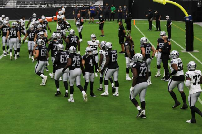 El mariscal de campo de los Raiders de Las Vegas, Derek Carr (4), saluda a sus compañeros de e ...