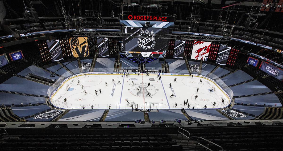 Los Coyotes de Arizona y los Golden Knights de Las Vegas se preparan para un partido de exhibic ...