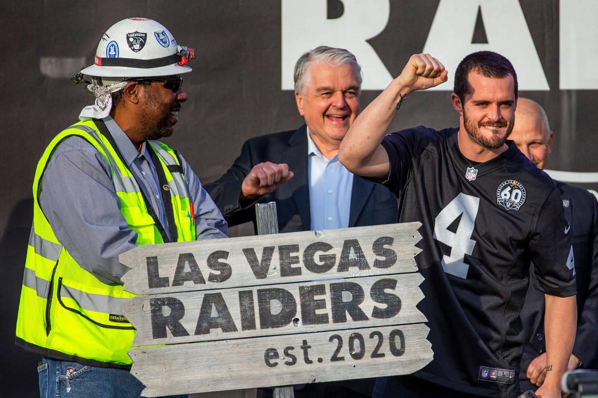 El mariscal de campo de los Raiders de Las Vegas, Derek Carr (4, centro), alza el puño a la mu ...