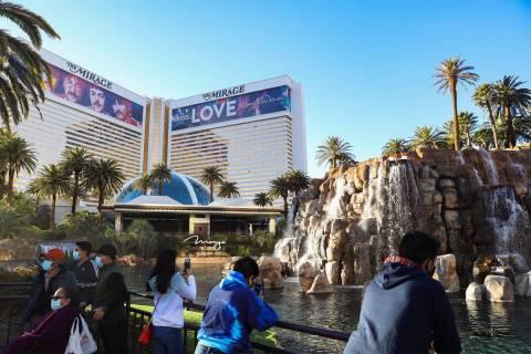 Visitantes pasan el rato frente a The Mirage en el Strip de Las Vegas, el 21 de diciembre de 20 ...