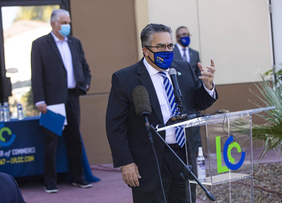 Peter Guzmán, presidente de la Latin Chamber of Commerce, habla durante una conferencia de pre ...
