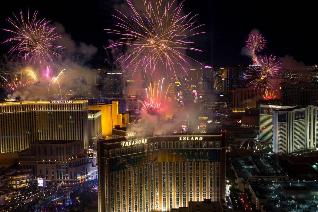 Fotografía de archivo de fuegos artificiales de Año Nuevo estallando sobre el Strip de Las Ve ...