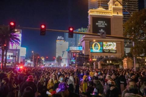 Las personas se reúnen para celebrar la víspera de Año Nuevo en el Strip de Las Vegas, el ju ...
