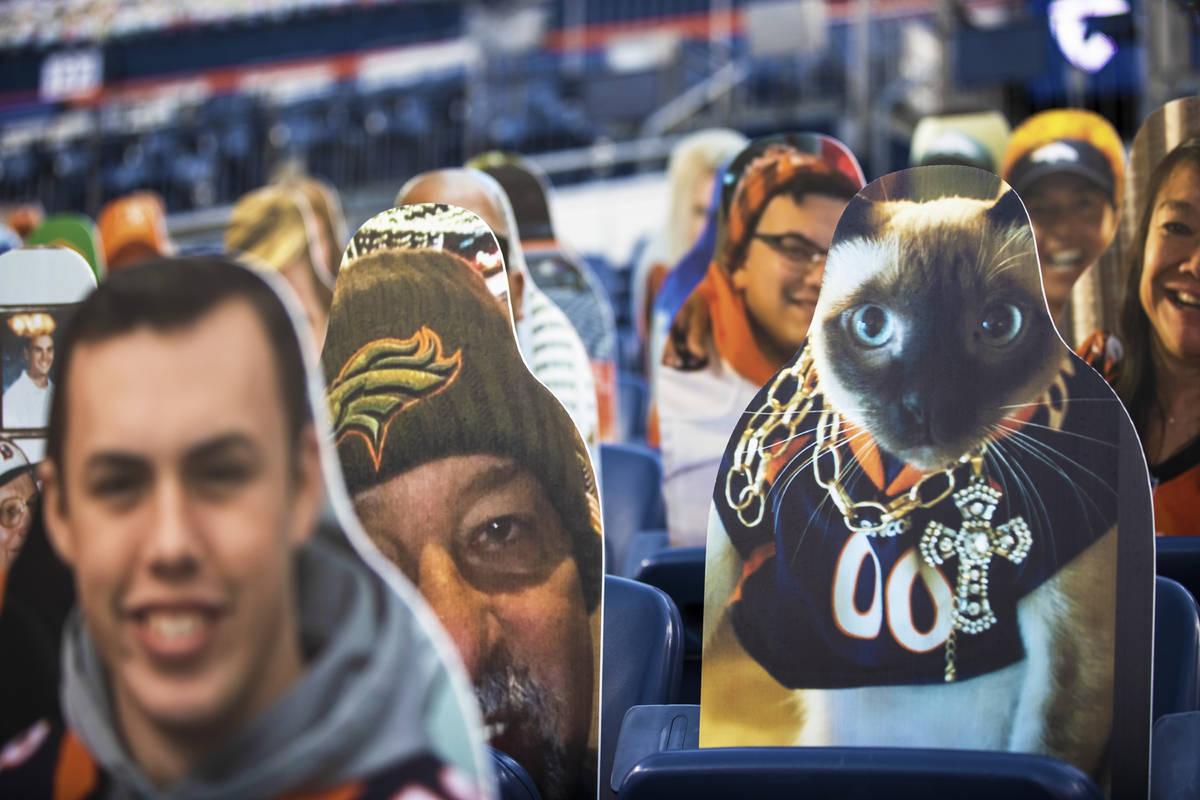Cartones recortados en las gradas del Empower Field en el Estadio Mile High durante un partido ...