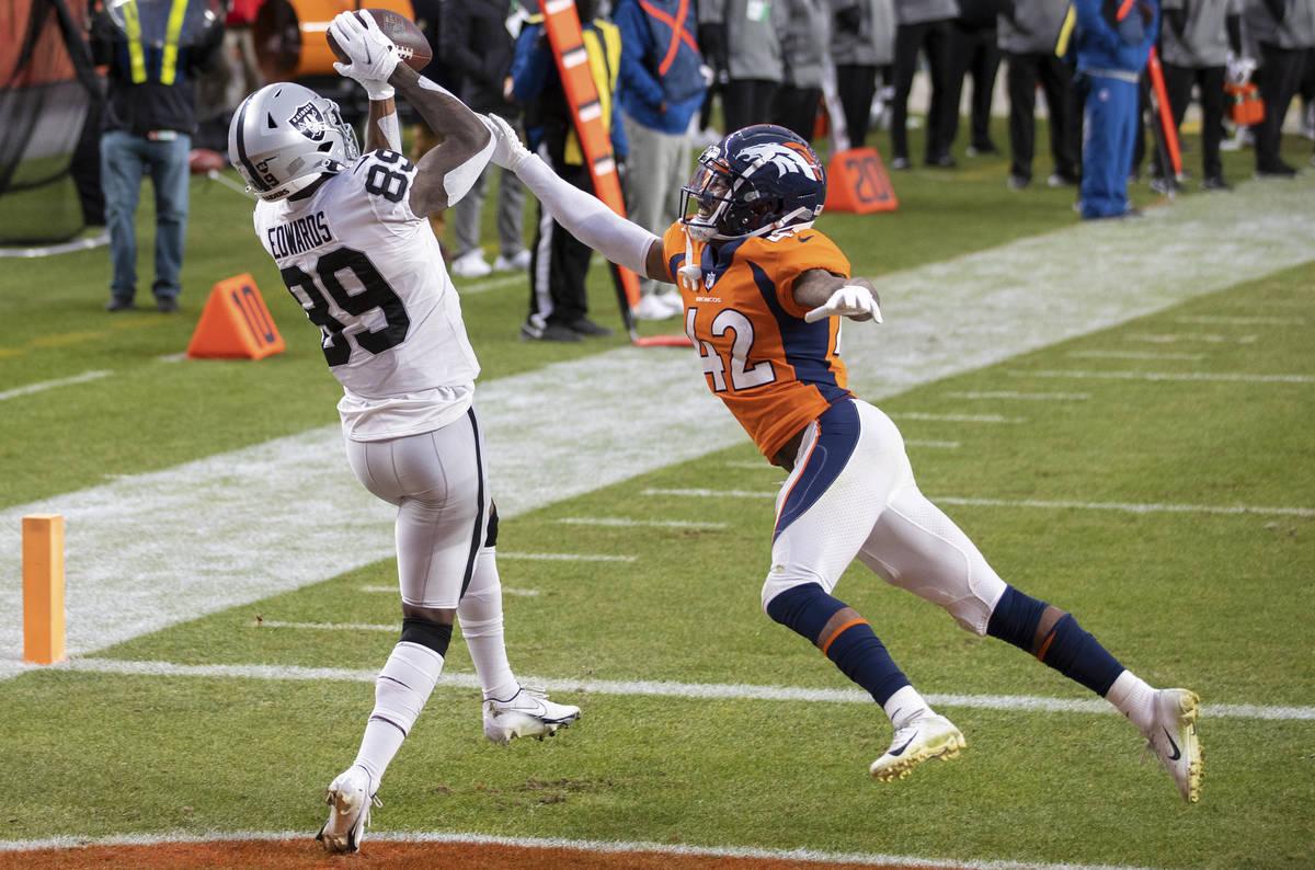 El receptor de los Raiders, Bryan Edwards (89), recibe un pase de touchdown del cornerback de l ...