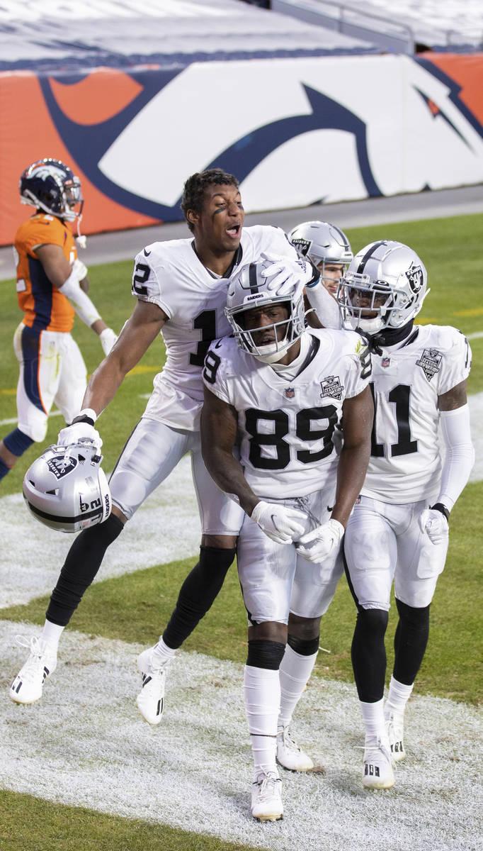 El receptor de los Raiders, Bryan Edwards (89), celebra después de anotar un touchdown en el s ...