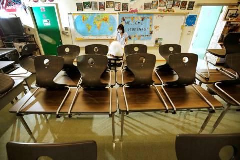 La profesora de historia de Eagle Rock Jr./Sr. High School, Alice Lee, interactúa virtualmente ...