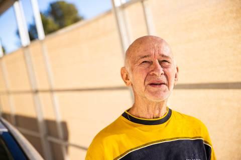 """Norman """"Pete"""" Robinovitz, que espera recibir la vacuna COVID-19 en un futuro próximo, posa par ..."""