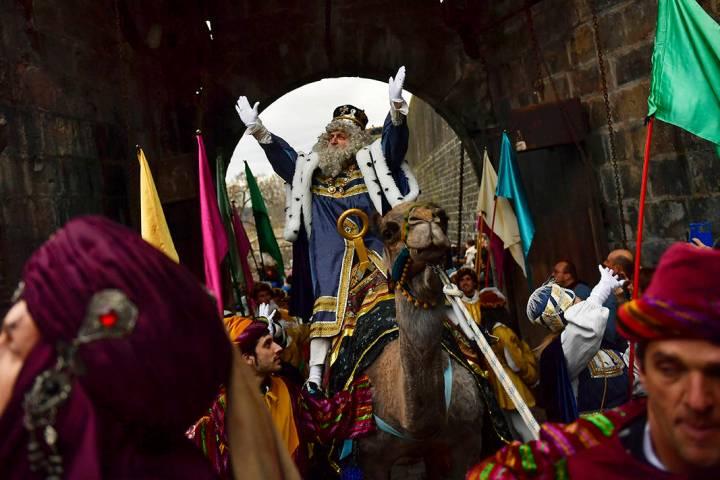 """En esta foto de archivo, un rey de la cabalgata de los """"Reyes Magos"""" saluda a la gente cuando p ..."""