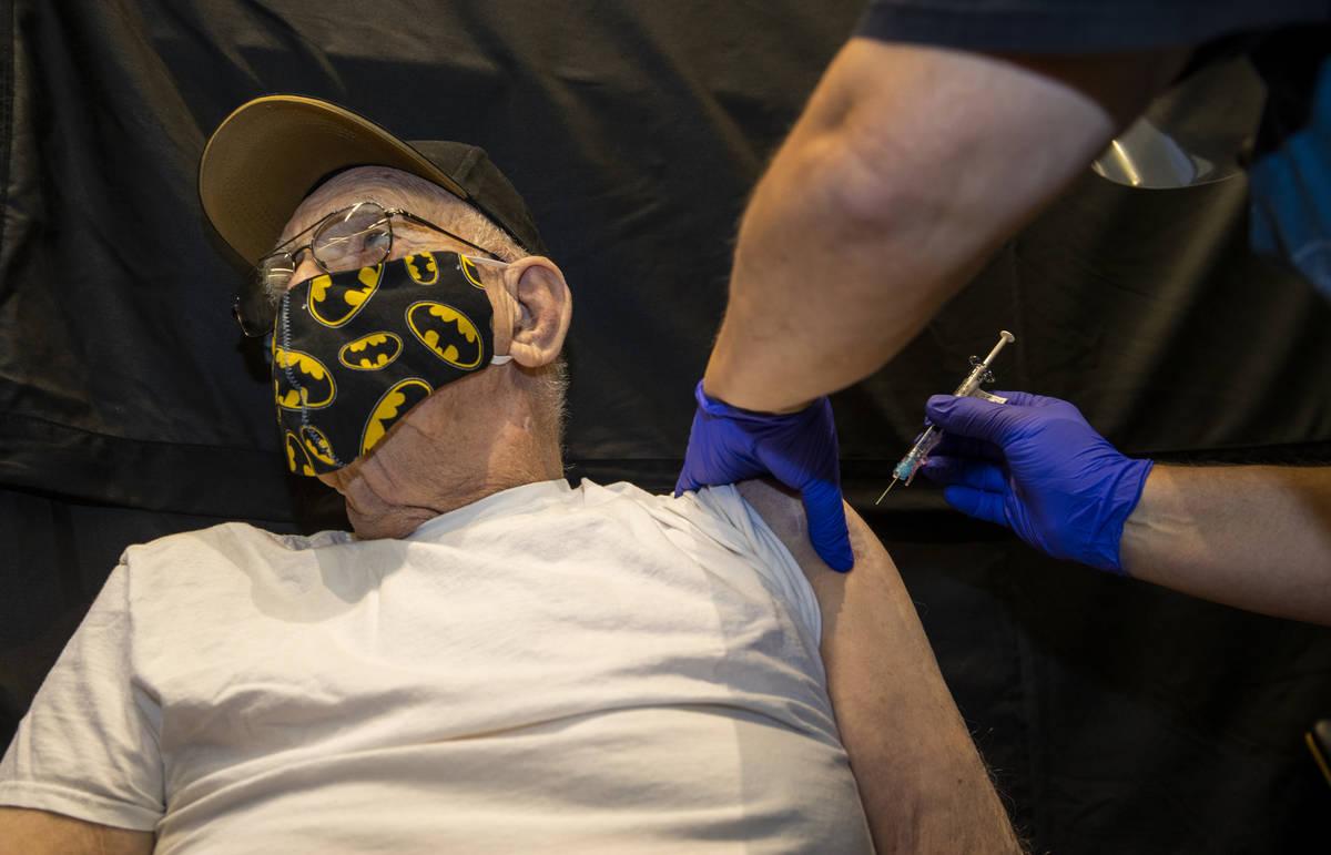 La veterana Lauren Matejka recibe una inyección del enfermero Darrel Cowlishaw mientras que al ...