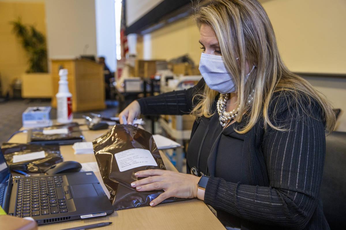 La enfermera Candice Hamel reparte las inyecciones precargadas mientras algunos de los primeros ...