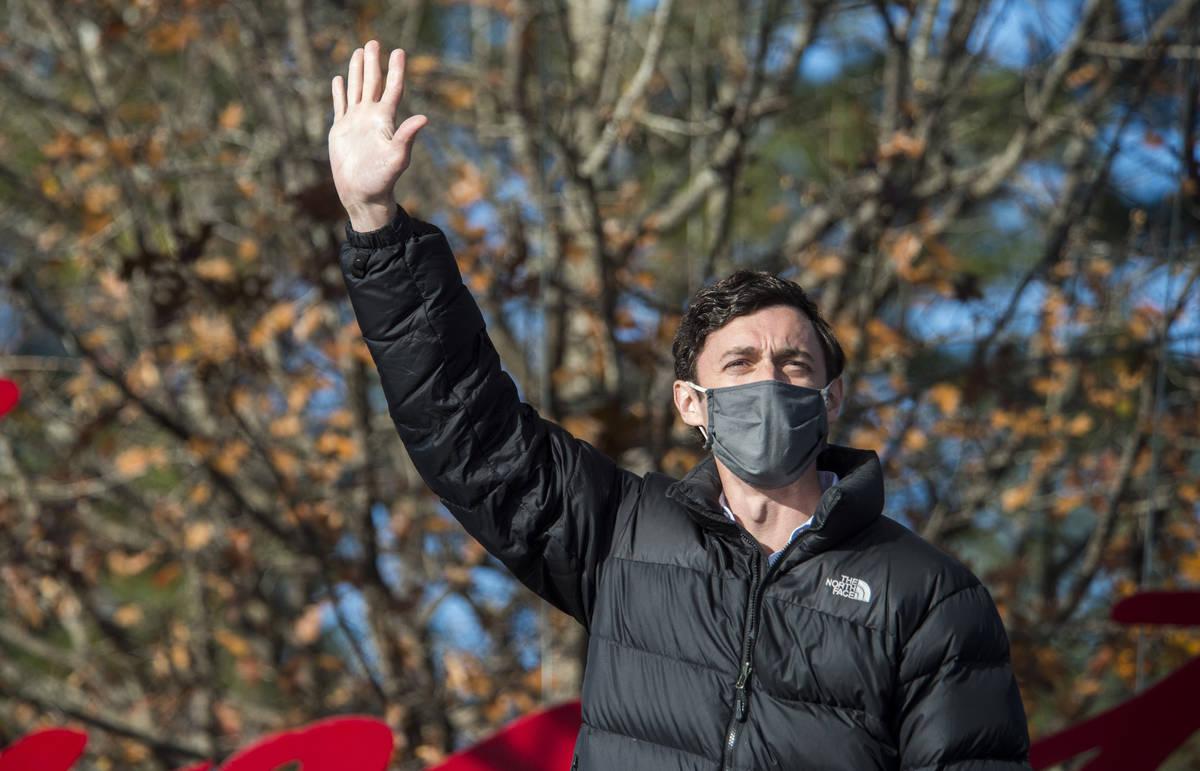 El candidato demócrata al Senado de Georgia, Jon Ossoff, saluda a la multitud durante un mitin ...