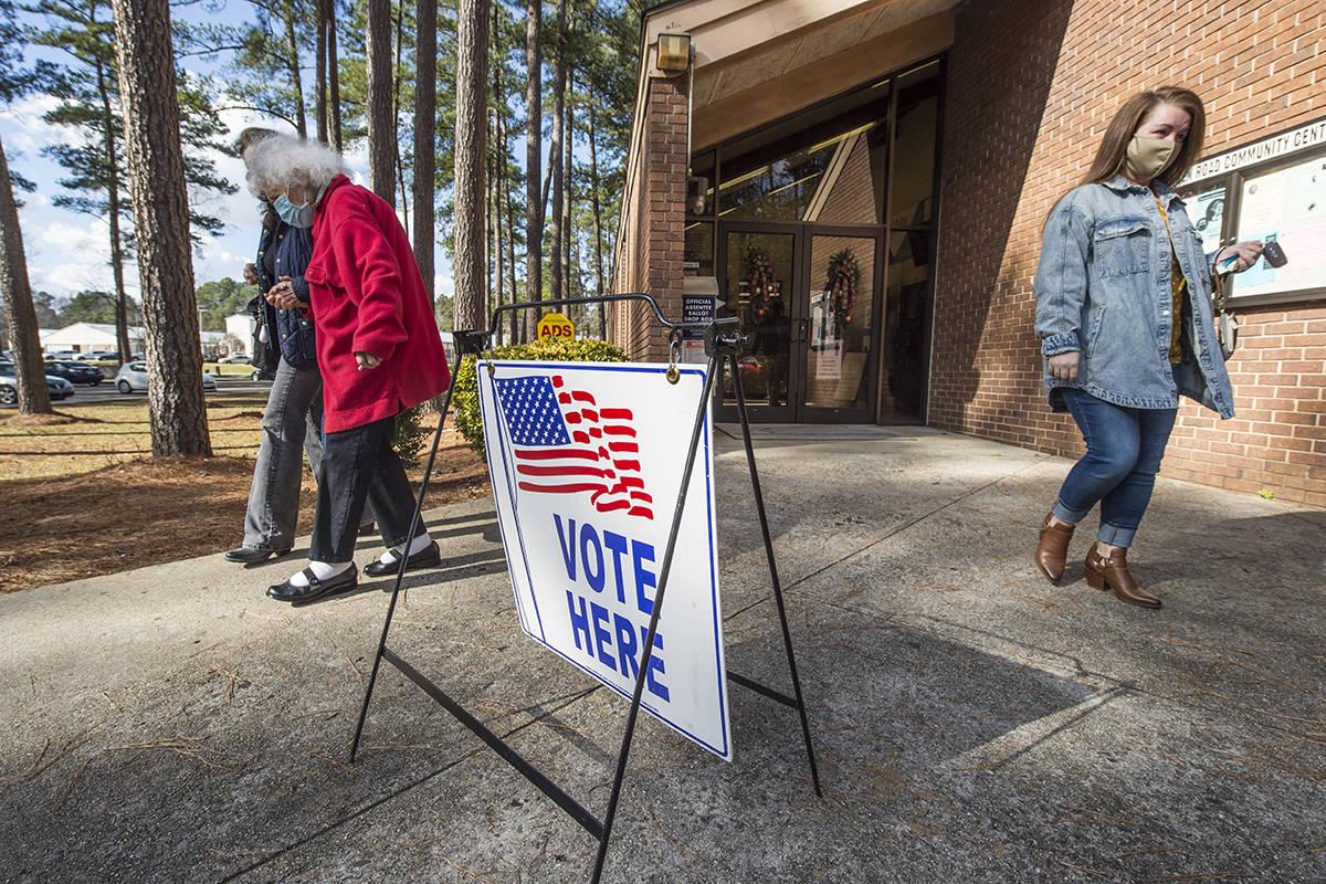 Los votantes abandonan el Centro Comunitario de Warren Road después de emitir sus votos en la ...