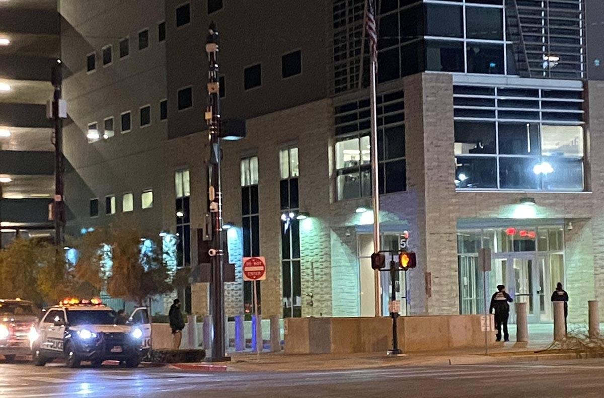 Investigadores de la policía de Las Vegas fueron observados tomando fotos e inspeccionando una ...