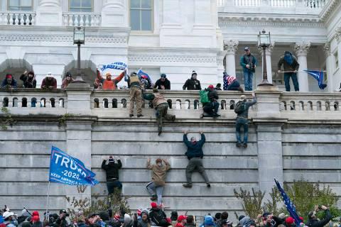 Los partidarios del presidente Donald Trump escalan el muro oeste del Capitolio de Estados Unid ...