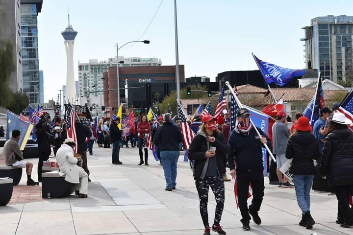 Decenas de simpatizantes del presidente Donald Trump se manifestaron para negar la derrota del ...