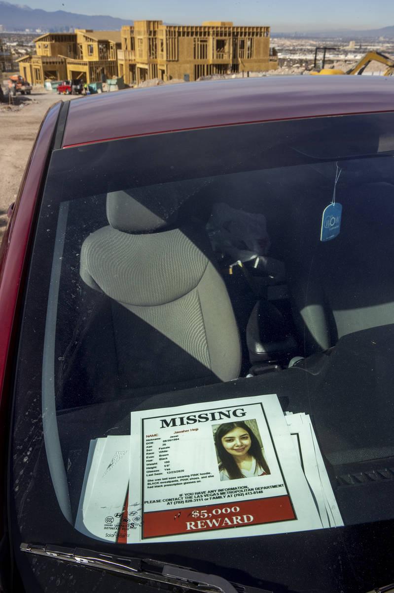 """Volantes de """"se busca"""" en el tablero del auto de Jawaher Hejji que fue dejado en este lugar y ..."""