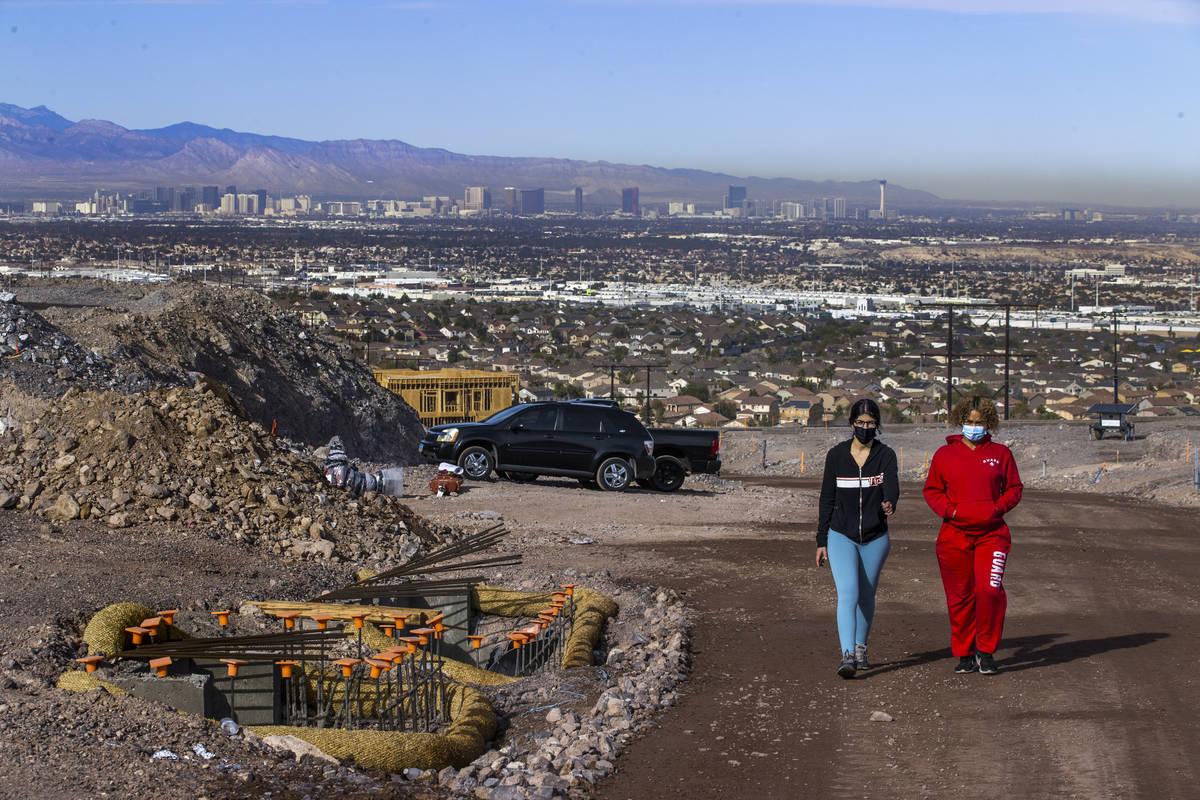 Miriam Hejji, derecha, y su amiga Nictoria Pleasant-Rede, caminan en un sitio de construcción ...