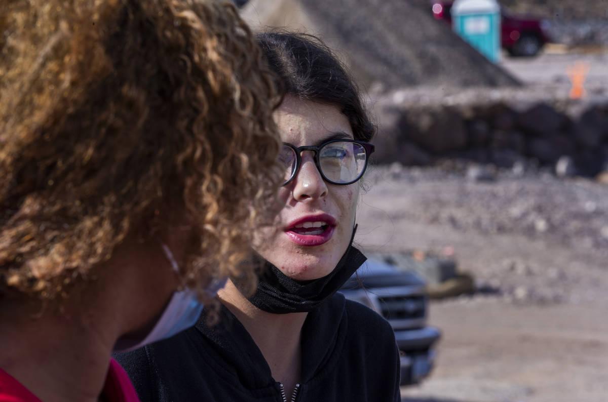 Miriam Hejji, derecha, y su amiga Nictoria Pleasant-Rede, hablan en un sitio de construcción a ...