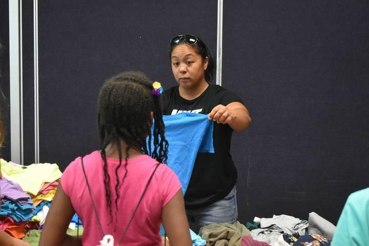 En esta foto de archivo, una voluntaria de la organización NPHY proporciona ropa, artículos h ...