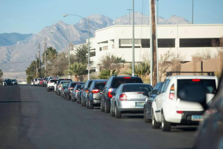La línea para la prueba de COVID-19 en el sitio de pruebas Texas Station envuelve a Rancho Dri ...