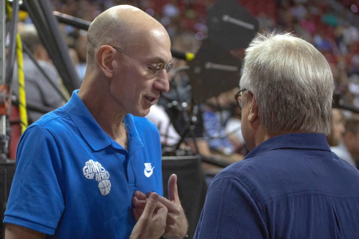 El comisionado de la NBA, Adam Silver, habla con el director ejecutivo de la Summer League Exec ...