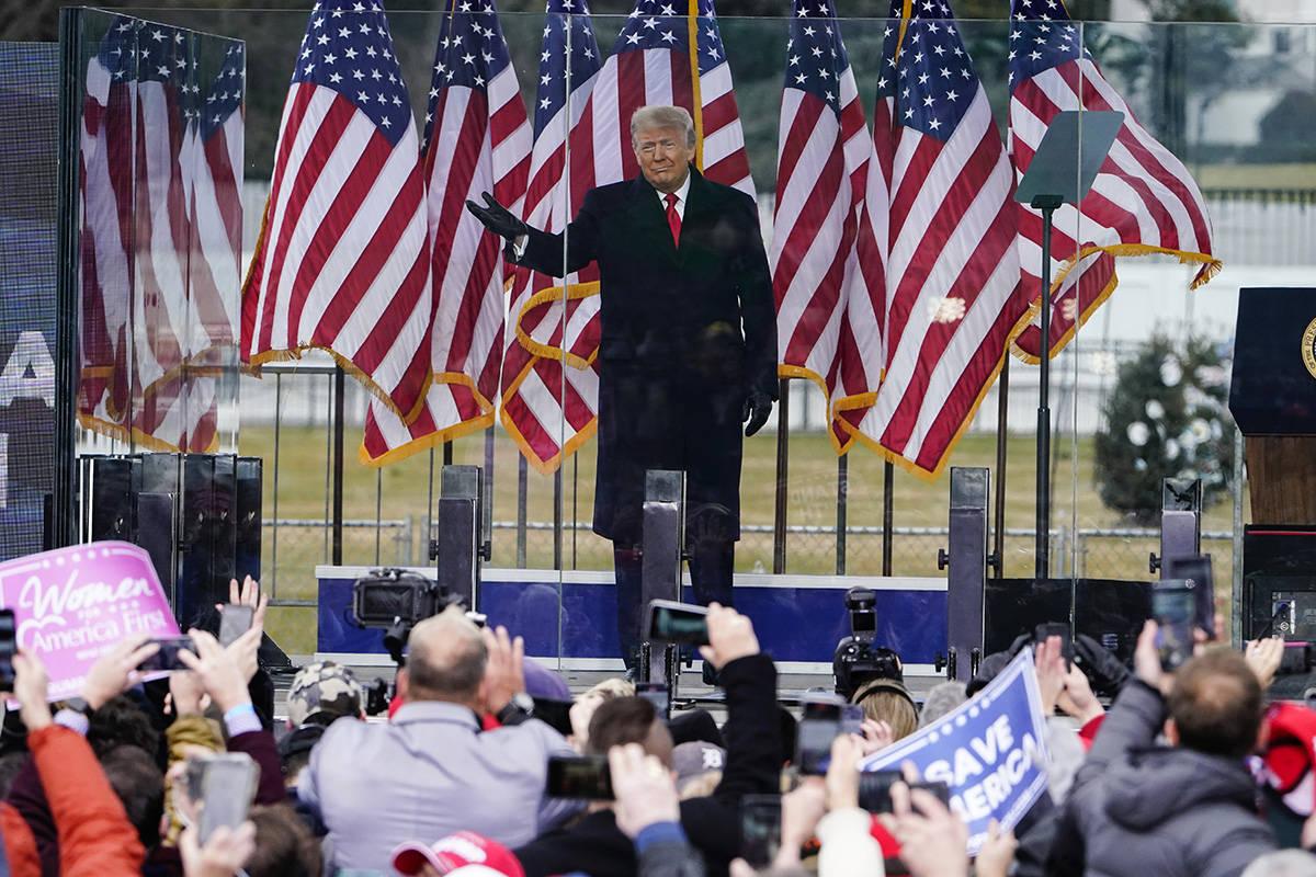 En esta foto del 6 de enero de 2021, Donald Trump llega para hablar en un mitin en Washington. ...