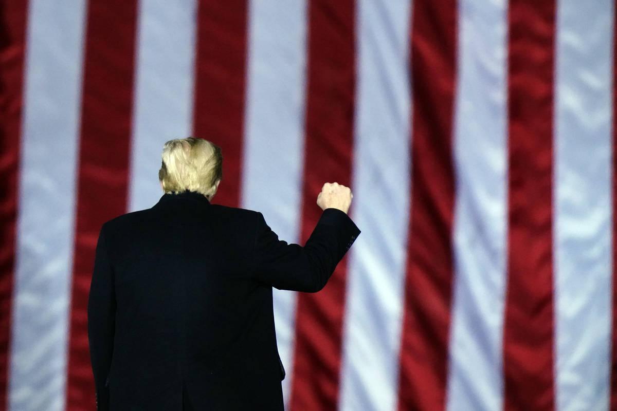 El presidente Donald Trump hace un gesto en un mitin de campaña en apoyo de los candidatos al ...