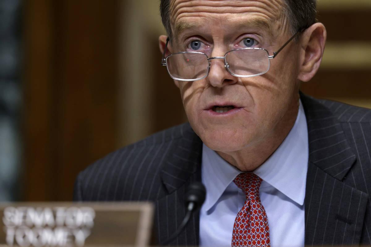 El senador Pat Toomey, republicano, habla durante una audiencia de la Congressional Oversight C ...