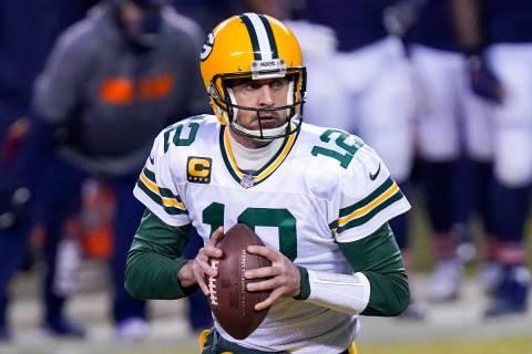 Aaron Rodgers, de los Green Bay Packers, en la primera mitad de un partido de fútbol americano ...