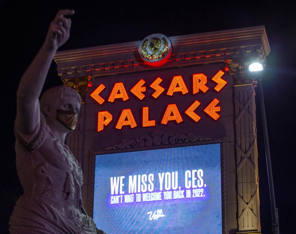 La marquesina de Caesars Palace conmemora el CES, que habría comenzado el lunes pero se ha tra ...