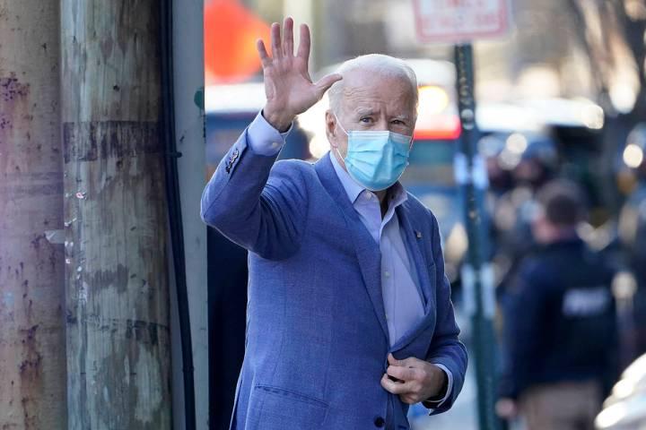 El presidente electo, Joe Biden, arriba a The Queen Theater en Wilmington, Delaware, el domingo ...