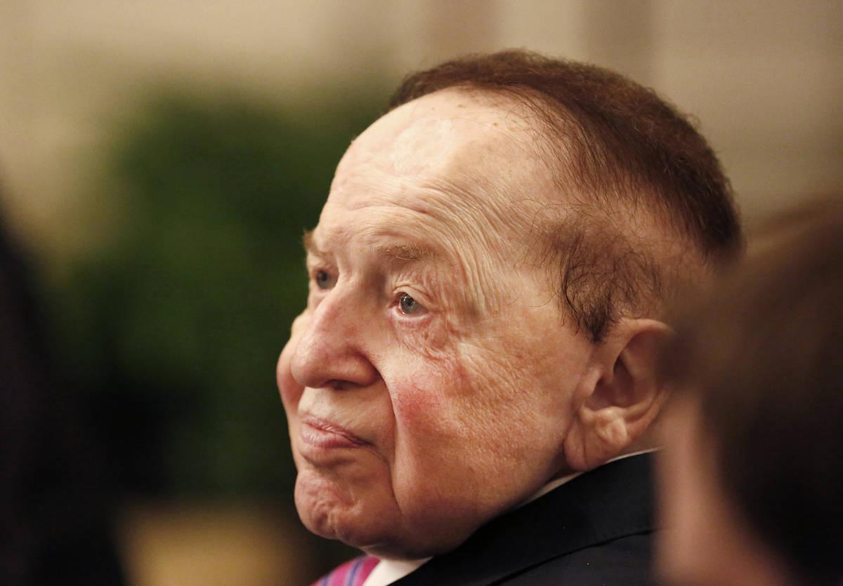 En esta foto del 16 de noviembre de 2018, Sheldon Adelson observa al presidente Donald Trump en ...